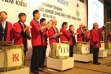 Sau nghi thức đập thùng rượu, ông Ohtomo Kuni – Hiệu trưởng trường Đại học Quốc tế Y tế và Phúc lợi nâng ly chúc mừng cùng quan khách hai nước.